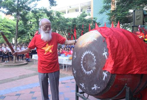 Thầy Văn Như Cương thường đánh trống khai giảng năm học mới. Ảnh: VnExpress