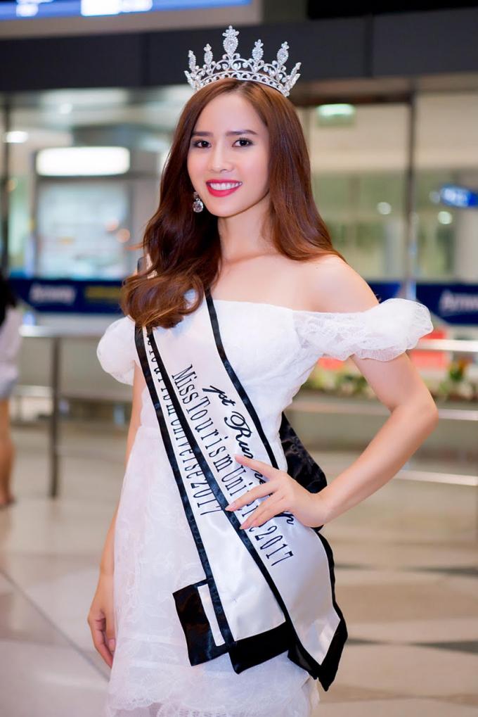 Diện chiếc váy trắng khi xuất hiện tại sân bay,Bella Mai nổi bật và thu hút nhiều du khách tại sân bay. Ảnh: Huy Trần