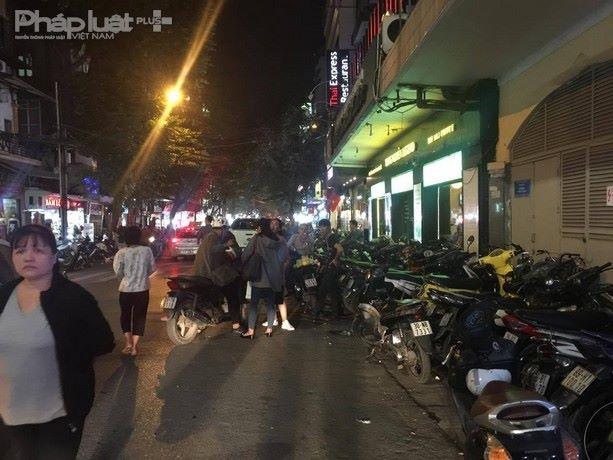 Vỉa hè bị chiếm dụng làm nơi trông xe vượt xa giá quy định mà UBND phường Hàng Bạc cách đó không xa.