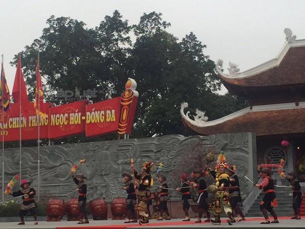 """Hà Nội: Dòng người chen chân xem """"vua Quang Trung đánh giặc"""""""