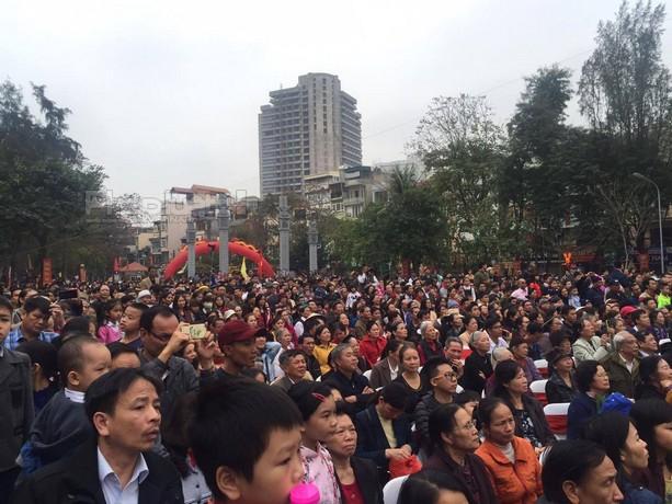 Từ sáng sớm nhưng hàng nghìn người dân vẫn đứng kín sân để xem tái hiện lại trận đánh của vua Quang Trung.