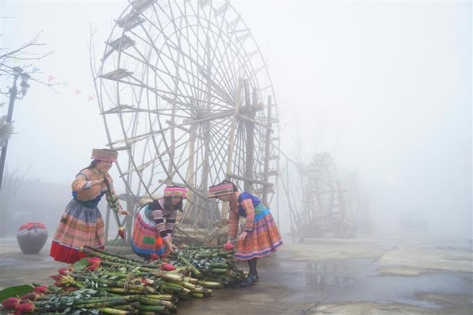 Giữa hương sắc đặc trưng Tây Bắc ấy những tạo hình của sản xuất nông nghiệp vùng cao cùng bóng dáng các thiếu nữ H'mông đeo gùi mây trên lưng mang theo sắc hồng thắm của sen và những loài hoa ở vùng Tây Bắc cũng vẽ lên một bố cục tuyệt đẹp nơi Fansipan Legend.