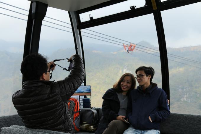 Sau khi đã trải nghiệm những sắc màu văn hóa đặc sắc trong lễ hội, du khách tiếp tục lướt mây, băng qua đại ngàn để đón xuân trên đỉnh cao Fansipan.