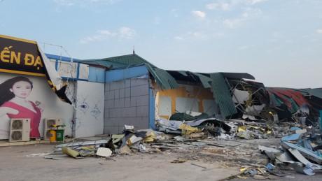 Cửa hàng Tiến Đạt Dream 2 bị cưỡng chế phá dỡ phần xây dựng trái quy định chiều 30/3. Ảnh:Đồng Mai.