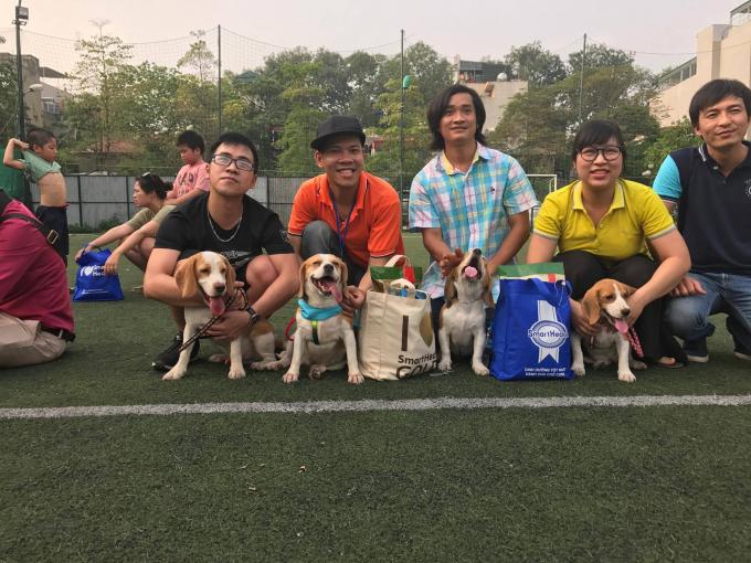 Các bạn trẻ chụp lưu niệm với cún cưng