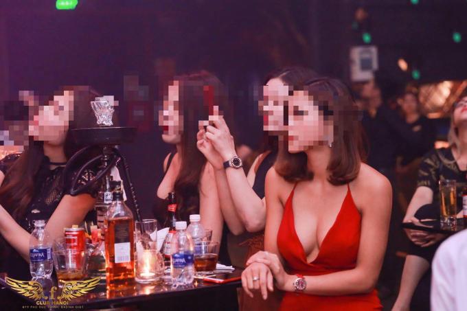 Một chai rượu mạnh được bày trên bàn, phục vụ thượng khách.