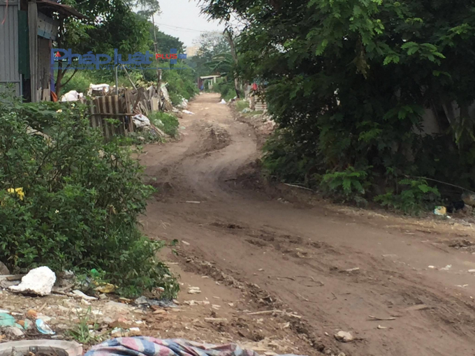 Con đường cuối ngõ 207 Bùi Xương Trạch bị băm nát gặp trời mưa sẽ bung bét.