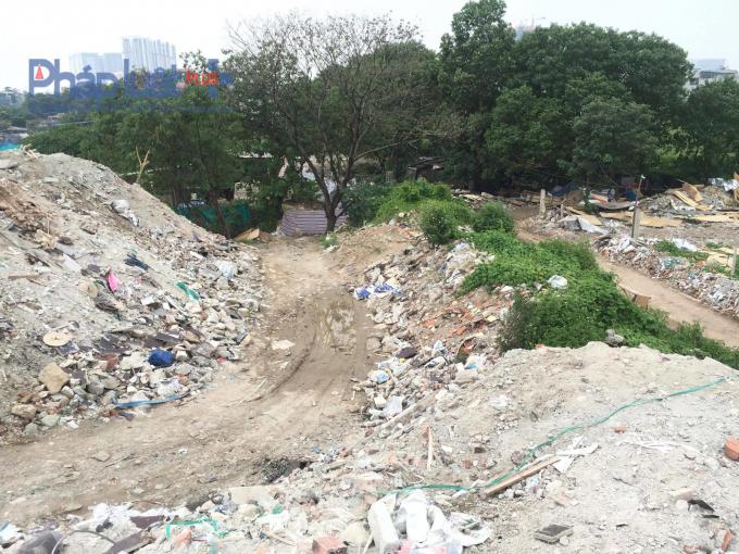 Con mòn đường vận chuyển rác thải. Chứng tỏ hàng ngày có rất nhiều lượt xe chuyên chở rác thải vào khu vực này đổ trộm.