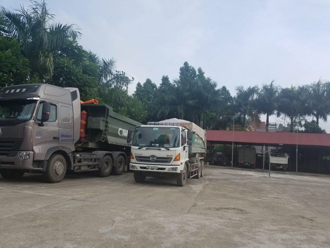 Chiếc xe tải bị người dân bắt quả tang và bàn giao cho cho cơ quan chức năng