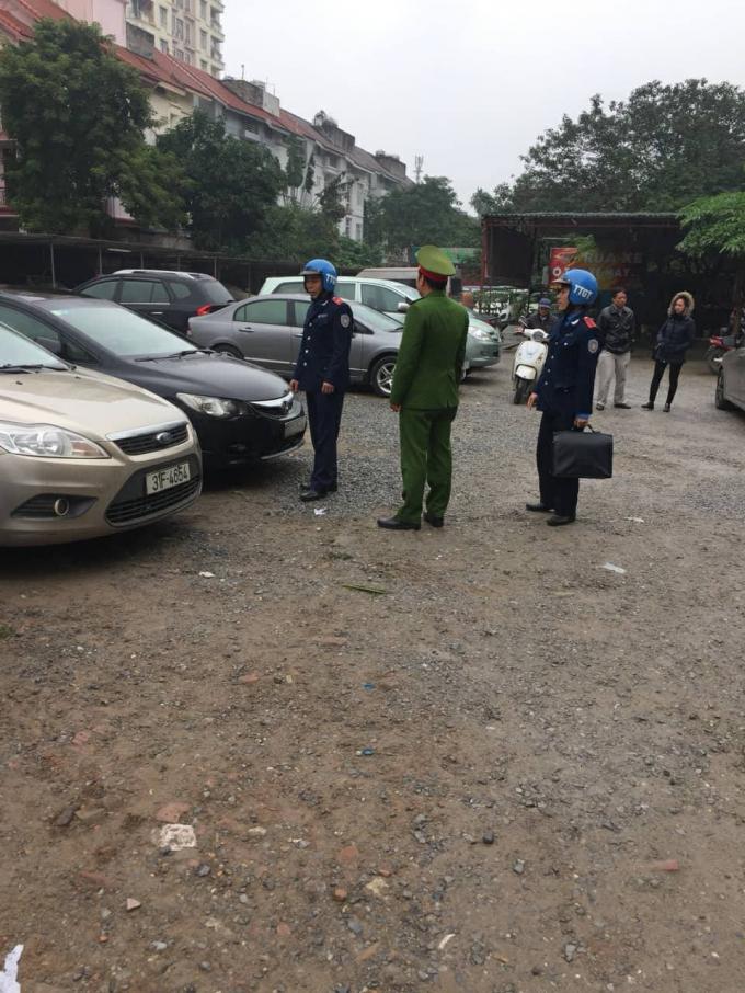 Đội thanh tra giao thông vân tải quận Ba Đình đã phối kết hợp với Đội cảnh sát kinh tế công an quận Ba Đình lập biên bản bãi xe số 2-4 Đội Nhân.