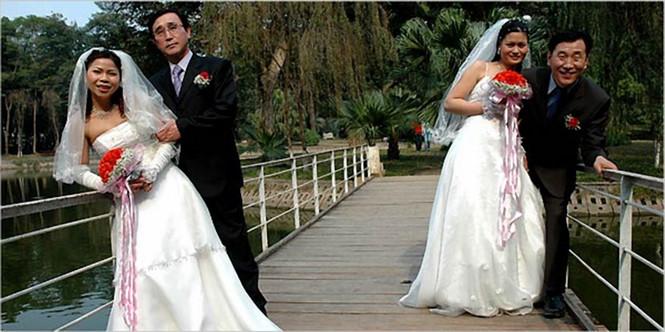 Cô dâu Việt chụp ảnh cưới với hôn phu Hàn Quốc.ẢNH CHỤP MÀN HÌNH THE NEW YORK TIMES