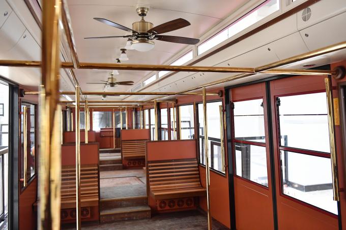 Nội thất bên trong tàu hỏa leo núi Mường Hoa