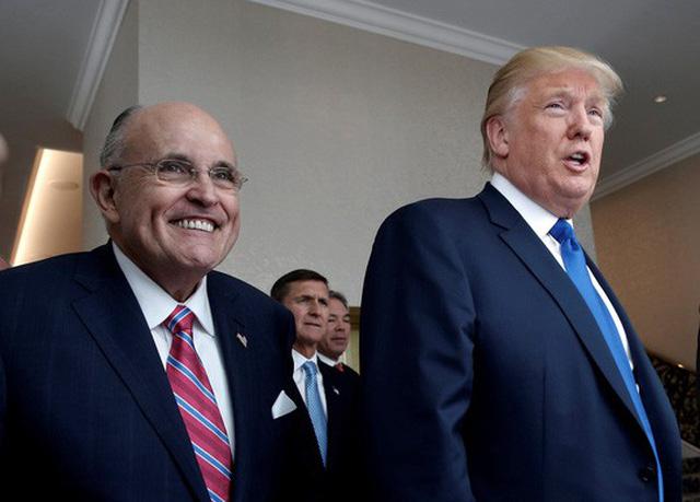 Tổng thống Mỹ Donald Trump (phải) và ông Rudy Giuliani. Ảnh: Reuters