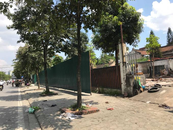Một trong nhiều công trình vi phạm tại mương thoát nước Nghĩa Đô đã được chính quyền quận Cầu Giấy quyết liệt tháo dỡ.