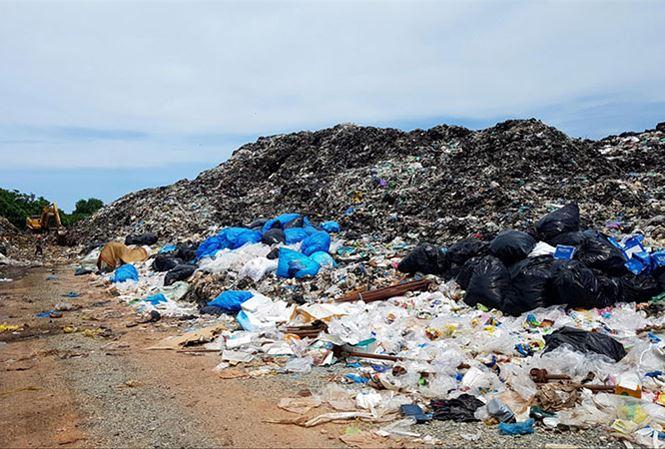 """Một số bãi rác """"khủng"""" trên đảo Phú Quốc vẫn chưa được xử lí."""