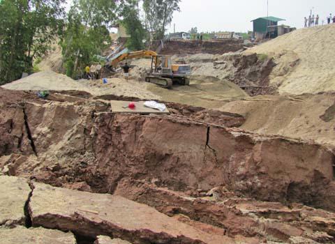 Sự cố sạt lở đê nghiêm trọng tại thị xã Sơn Tây sáng ngày 18/10/2010 đã khiến kè Hồng Hậu sập xuống, nhấn chìm 3 băng chuyền cát, 2 máy xúc, 1 ngôi nhà cấp 4 cùng một số vật dụng; làm hư hại 2 ngôi nhà khác.