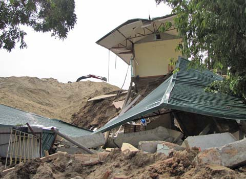 Trước đó, ngày 18/10/2010 tương ứng vị trí từ K29+900 đến K30+050 đê Hữu Hồng đã xảy ra sự cố lún kè Hồng Hậu, phường Phú Thịnh