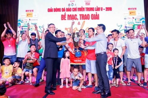 Ban tổ chức trao giải Nhất cho đội bóng FC Báo chí Thanh Hóa