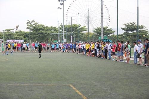 Hàng trăm phóng viên, nhà báo cổ vũ nhiệt tình cho các đội bóng.
