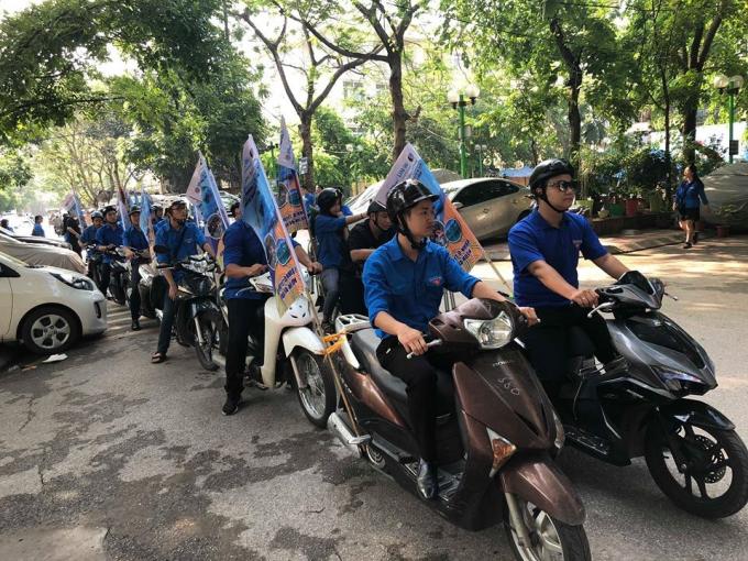Sau Lễ phát động, đoàn viên thanh niên trên địa bàn quận đã triển khai tổ chức đoàn xe tuyên truyền và các hoạt động ra quân vệ sinh môi trường