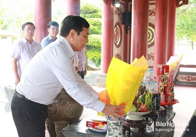 Đồng chí Nguyễn Văn Huy - Chủ tịch Ủy ban Mặt trận Tổ quốc tỉnh dâng hoa tại Khu Di tích lịch sử Quốc gia Truông Bồn. Ảnh: Chu Thanh