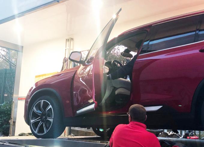 Mấy phút sau, chiếc SUV màu đỏ đẹp mắt được dỡ ra
