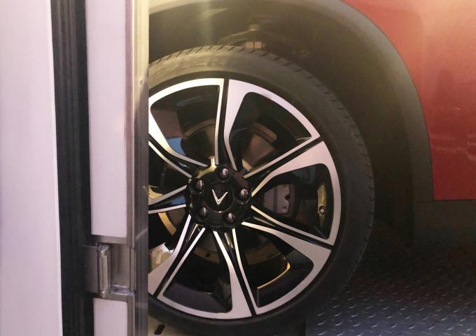 Logo VinFast được thiết kế tinh xảo ở bánh xe
