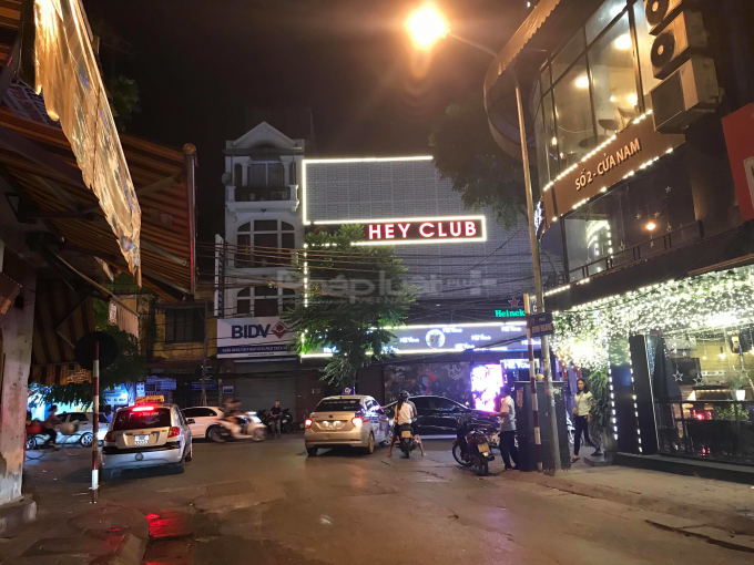 Ngay tới biển hiệu của Hey Club địa chỉ 57 Cửa Nam cán bộ phường cũng thừa nhận có vi phạm.
