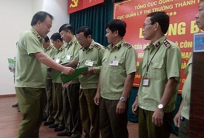 Tổng cục trưởng Quản lý thị trường Trần Hữu Linh trao quyết định bổ nhiệm cho lãnh đạo các Chi cục quản lý thị trường