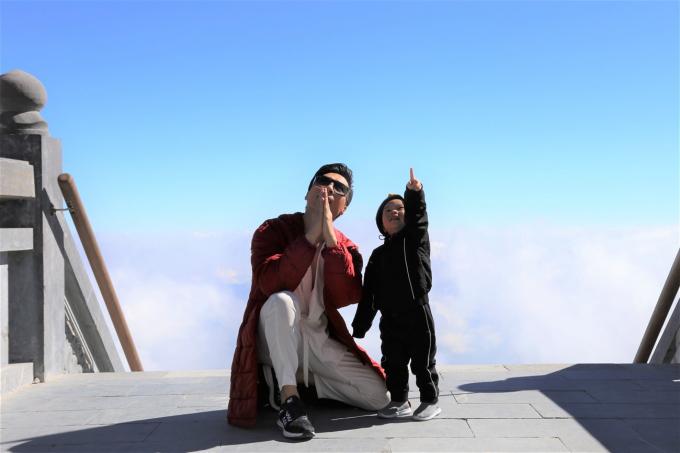 Quốc Nghiệp và con trai tỏ ra thích thú khi được đứng trên đỉnh cao của Đông Dương, chiêm ngưỡng vẻ đẹp của thiên nhiên hùng vỹ tại Fansipan.