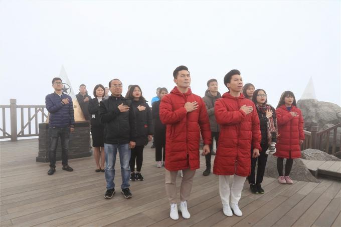 Nhưng không gì tự hào và xúc động hơn thế, khi gia đình hai tài năng trẻ tuổi được tham gia lễ thượng cờ trên đỉnh thiêng cao 3143 mét.