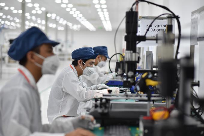 Khu vực hiệu chỉnh và kiểm tra bảng mạch được bố trí kiểm tra 100% sản phẩm với đầy đủ các bài kiểm tra từ thống số vô tuyến đến các chức năng phần cứng của điện thoại