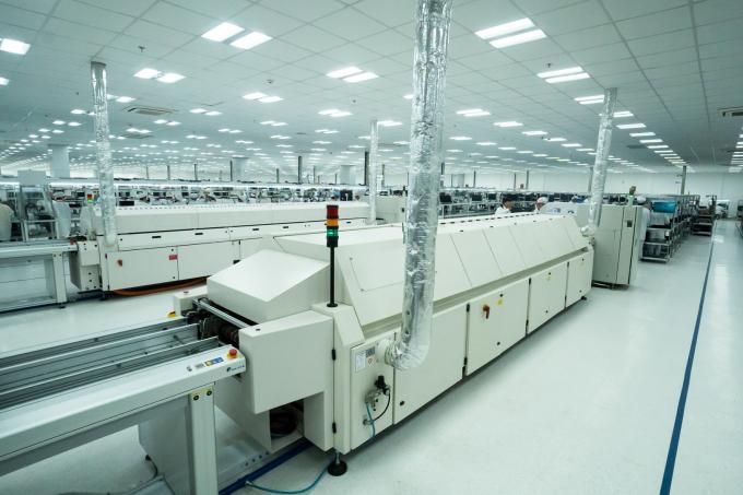 """Khu vực sản xuất bảng bạch điện tử (SMT) quy tụ dàn các máy móc, thiết bị đến từ các thương hiệu hàng đầu thế giới. Đây được xem là """"xương sống"""" của dây chuyền sản xuất."""