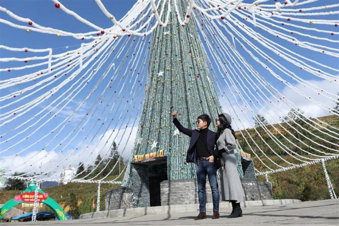 """Cây thông ánh sáng tại Sun World Fansipan Legend được lấy cảm hứng từ """"Cây thông Noel đẹp nhất Châu Âu"""" ở Vilnius, Litva và từ chóp tháp trên đỉnh Fansipan huyền thoại. Nó cũng gợi hình ảnh chiếc váy xoè đặc trưng Tây Bắc."""