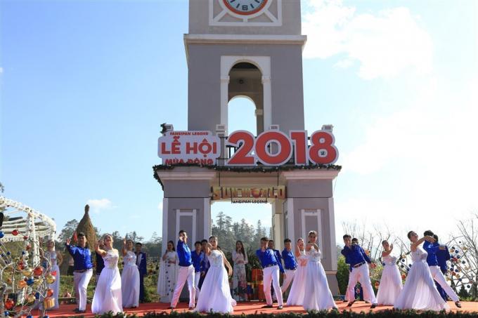 Điểm thêm sự tưng bừng cho mùa lễ hội cuối năm ở đỉnh cao muôn trượng ấy, là những bản tình ca, những giai điệu Tây Bắc quyến rũ, nồng nàn… được các chàng trai cô gái bản trình diễn.