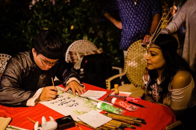 Điểm ấn tượng của bữa tiệc cưới của cặp đôi tỷ phú chính là góp mặt của ông Đồ, viết lên những câu đối bằng tiếng Ấn Độ gửi gắm những lời chúc phúc mặn nồng cho chú rểRushang Shah và cô dâu tỷ phú Kaabia Grew.
