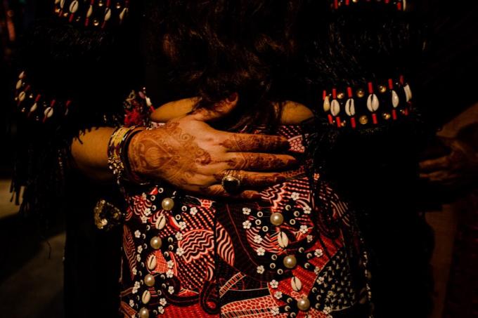 Không chỉ được sắp đặt theo văn hóa bộ lạc, bữa tiệc cưới của cặp đôi tỷ phú Ấn Độcòn mang đậm dấu ấn văn hóa truyền thống đẹp đẽ. Các nghệ sĩ đã đem đến nghệ thuật vẽ Henna,một loại hình nghệ thuật vẽ lên tay và chân của cô dâu tương trưng cho sự gắn bó son sắt của vợ và chồng, cho sự màu mỡ, sinh sôi nảy nở và tình yêu đôi lứa.
