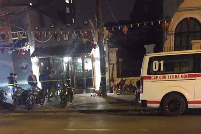 Lực lượng chức năng và cấp cứu 115 phong tỏa hiện trường tại quán Smile 2, địa chỉ 23 phố Lý Thái Tổ, quận Hoàn Kiếm, Hà Nội