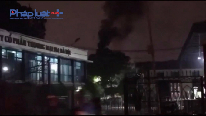 Cột khói đen ngòm xuất hiện từ phía trong Công ty CP thương mại Bia Hà Nội mà Pháp luật Plus ghi nhận thời gian trước đó. (Ảnh cắt clip).