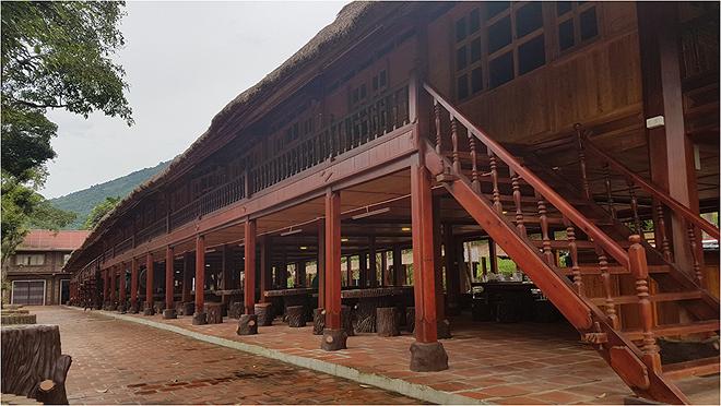 ... và nhà sàn của doanh nhân Nguyễn Tiến Sơn.
