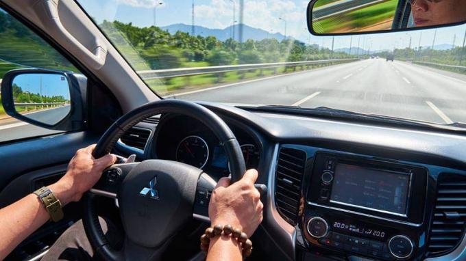 Trong điều kiện thời tiết nắng nóng, một số bộ phận trên xe hơi có thể bị ảnh hưởng