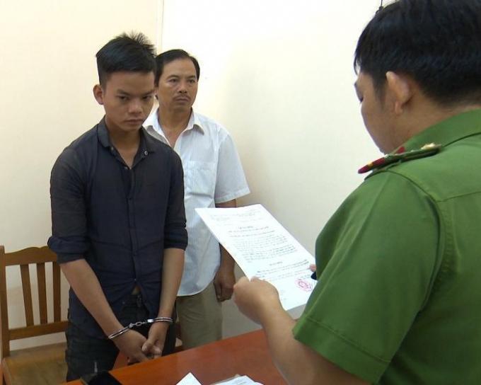 Đối tượng Cảnh bị Cơ quan CSĐT Công an tỉnh An Giang đọc lệnh bắt khẩn cấp. (ảnh do CA cung cấp)