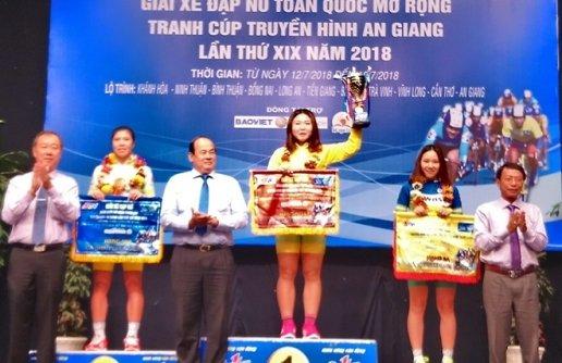 VĐV Nguyễn Thị Thu Mai đạt áo vàng chung cuộc, hạng nhì Nguyễn Thị Thi và hạng ba Trần Thị Tuyết Nương. (Ảnh: H. Vân).