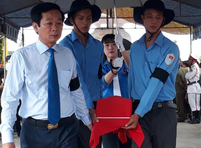 Lãnh đạo UBND tỉnh tại lễ an táng các Liệt sĩ