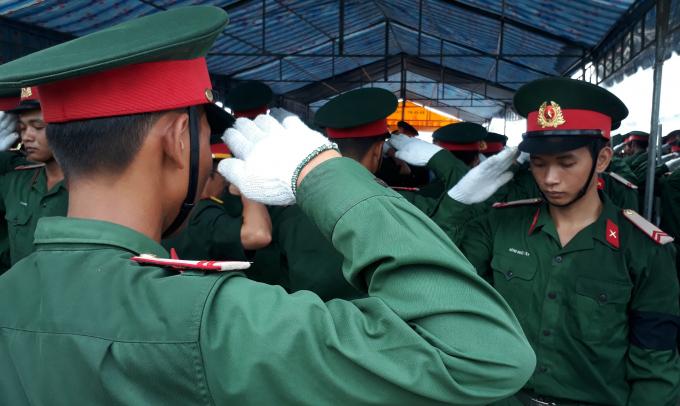 Các chiến sĩ chào nghi lễ khi an án các Liệt sĩ