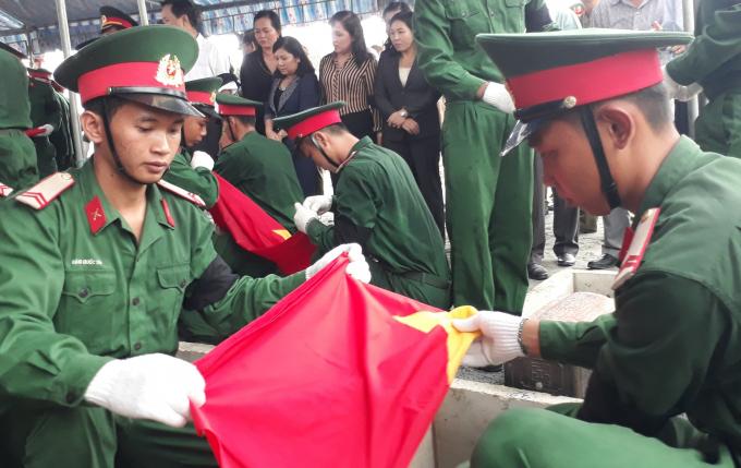 Các chiến sĩ an táng Liệt sĩ