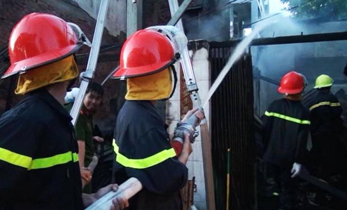 Lực lượng chữa cháy chuyên nghiệp đang phun nước dặp tắt đám cháy một ngôi nhà