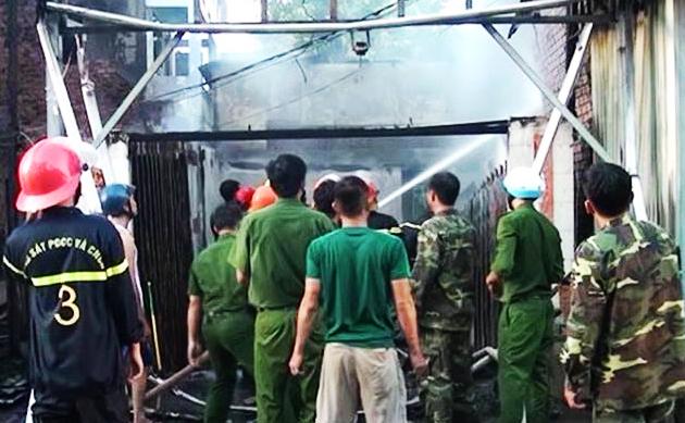 Các lực lượng chức năng được huy động để phục vụ công tác chữa cháy.