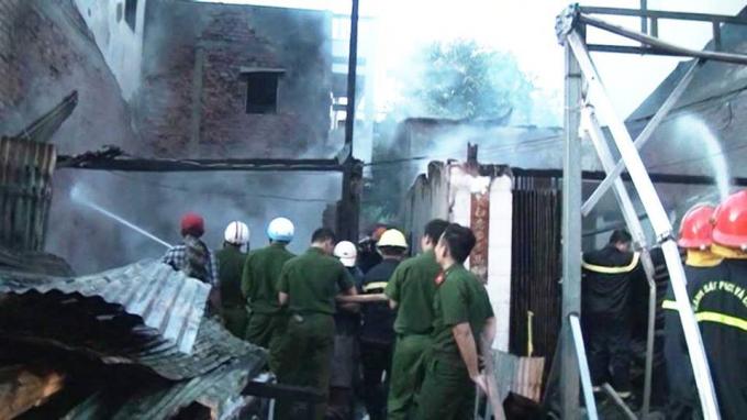Lực lượng chữa cháy tiến vào một ngôi nhà xịt nước dặp tắt đám cháy