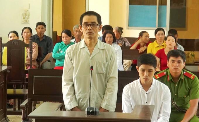 Bị cáo Thịnh (đứng) và Sơn tại phiên tòa xét xử sơ thẩm.